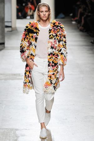Цветная шубка с белым нарядом Barbara Bui весна лето 2015