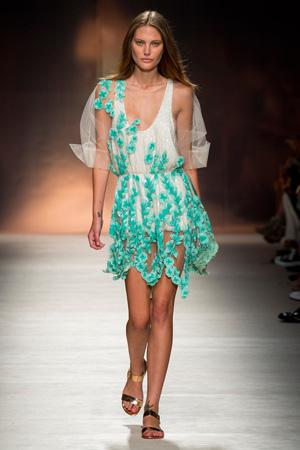 Красивое летнее платье с цветами из коллекции Blumarine 2015