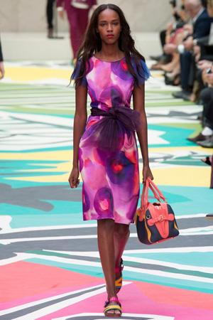 Сиреневое платье с босоножками – стиль Burberry Prorsum весна лето 2015