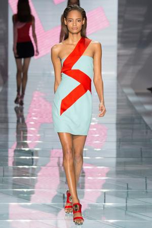 Нежно-голубое модное платье 2015 с асимметричной красной стрелой – Versace весна лето 2015