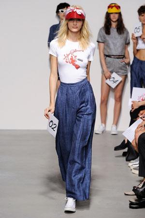 Широкие джинсы с белой футболкой весна лето 2015 Adam Selman