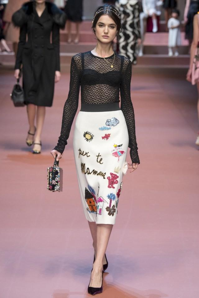 Модная юбка 2016 с детскими рисунками и прозрачной кофтой – фото новинка от Dolce & Gabbana. С такими же веселыми принтами в зимней коллекции мы увидели и платья.