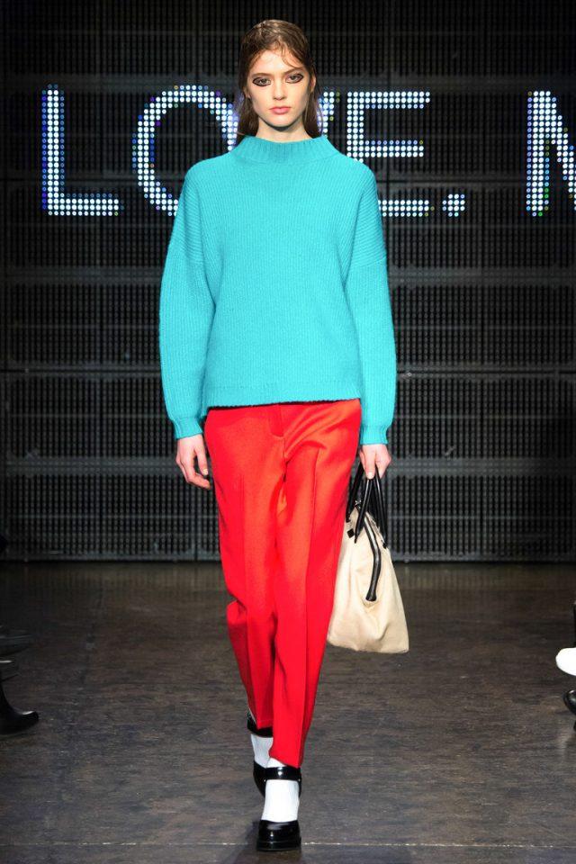 Голубая модная кофта 2016 и красные брюки фото DKNY