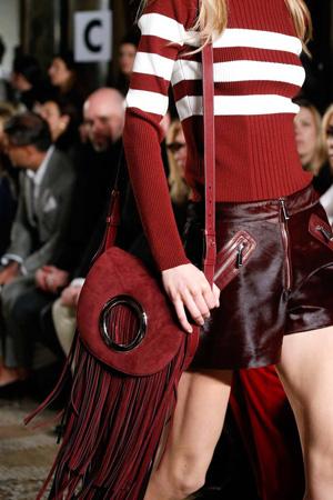 Модная красная круглая сумка осень зима 2015 2016 с бахромой – фото модных сумок от Emilio Pucci