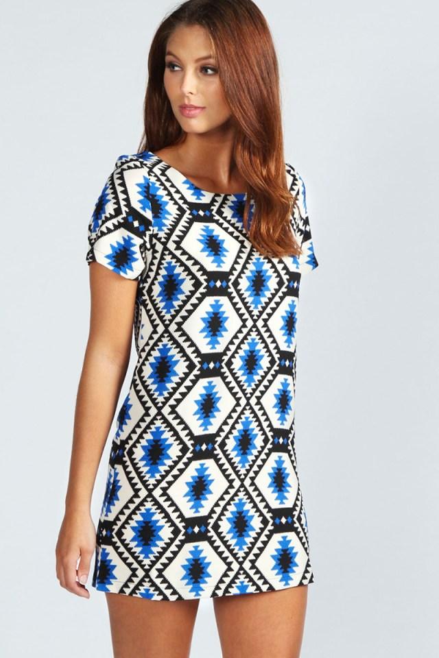Бело-синее платье с геометрическим узором – фото новинки сезона