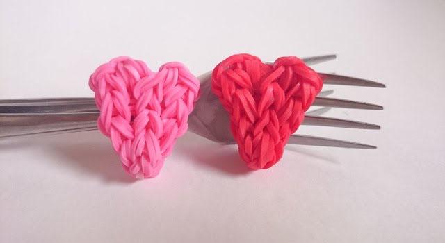 Плетение из резинок на вилке сердечек