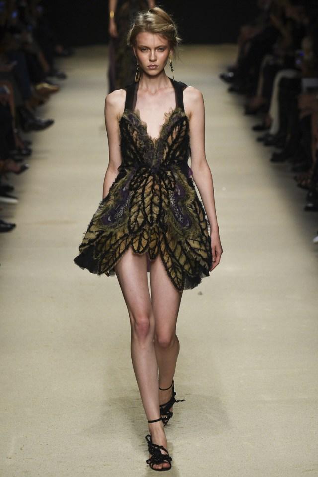 Декор с перьями. Модное коктейльное платье 2016 года – фото новинки в коллекции Alberta Ferretti