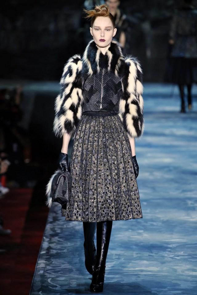 Модное пальто в клетку 2016 с меховыми рукавами – фото новинка от Marc Jacobs