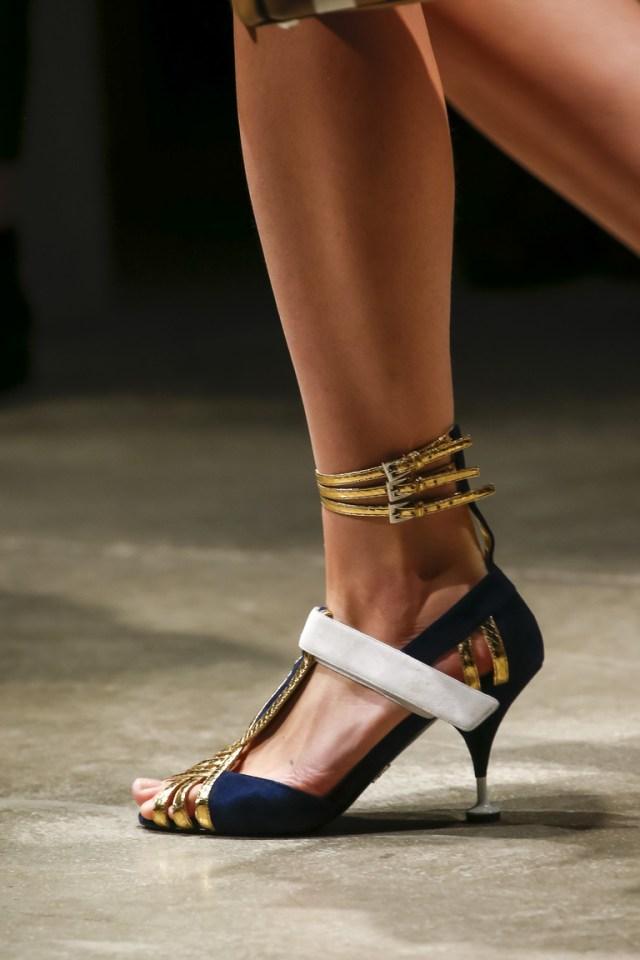 Модная обувь 2016 с ремешками – фото новинка в коллекции Prada
