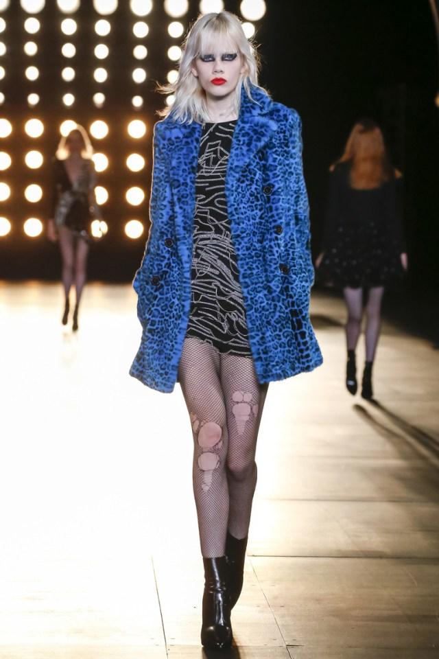Синяя модная короткая куртка 2016 из искусственного меха – фото новинка от модного дома Saint Laurent
