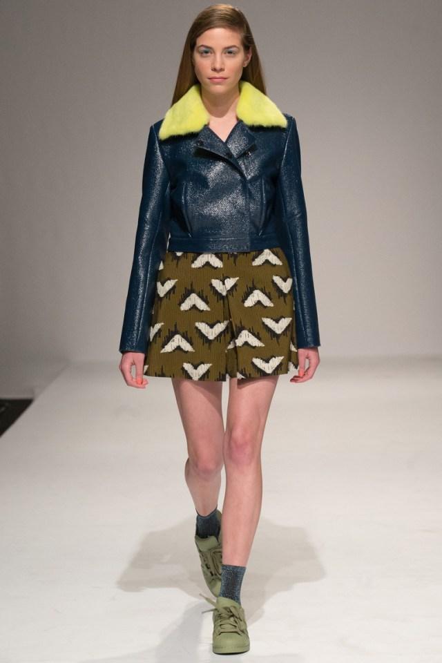 Синяя короткая женская кожаная куртка с желтым воротником – фото новинка в коллекции Yasya Minochkina
