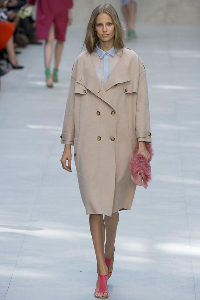 Новинка сезона модное пальто молочного цвета фото