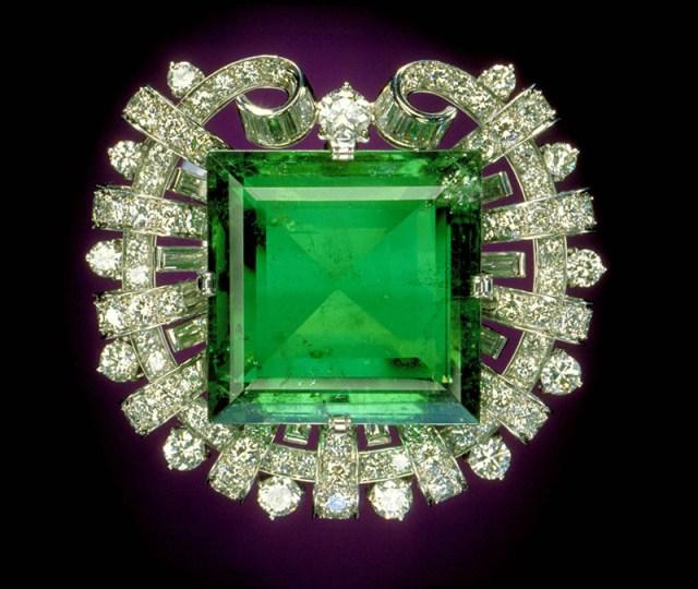 Драгоценный камень зелёный топаз фото
