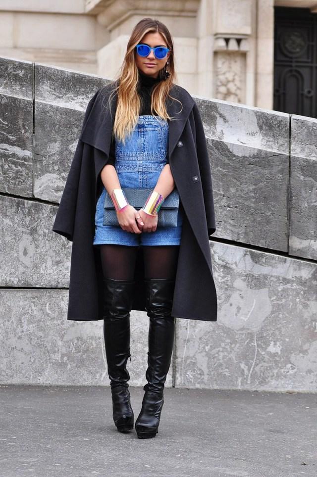 Сочетание пальто с джинсовым комбинезоном