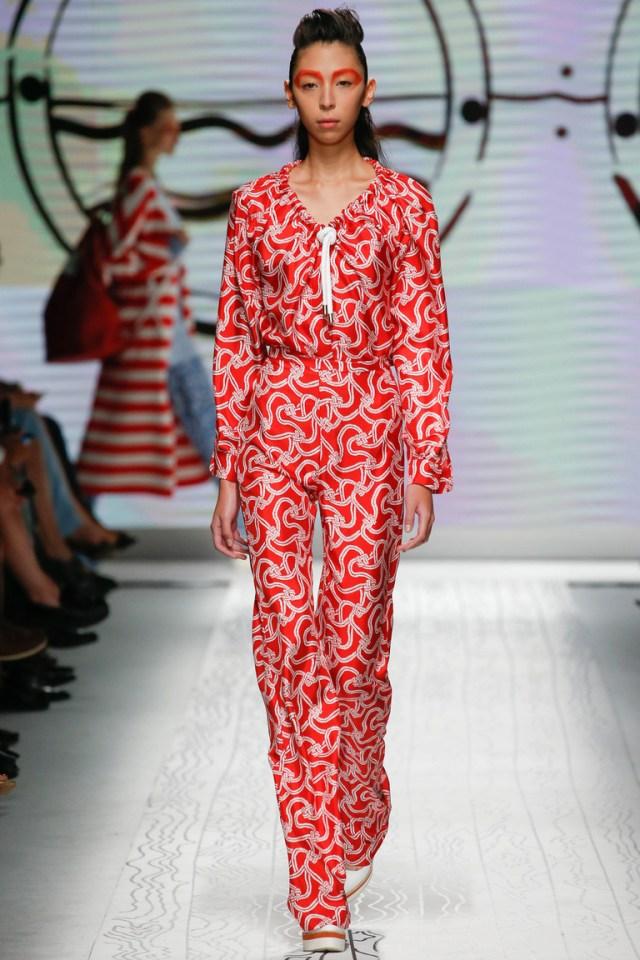 Красный цвет, интересный принт, завышенная талия – все это присуще модным брюкам весны и лета 2016 года - фото новинки и тренды сезона в коллекции Max Mara