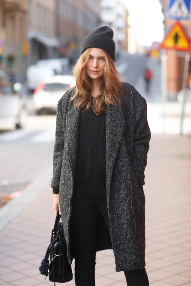 Серое классическое пальто в сочетании с шапкой бини – фото новинки и тренды сезона