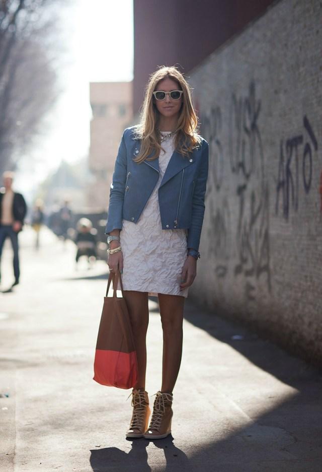 Голубая куртка косуха с белым платьем - фото новинки и тренды сезона
