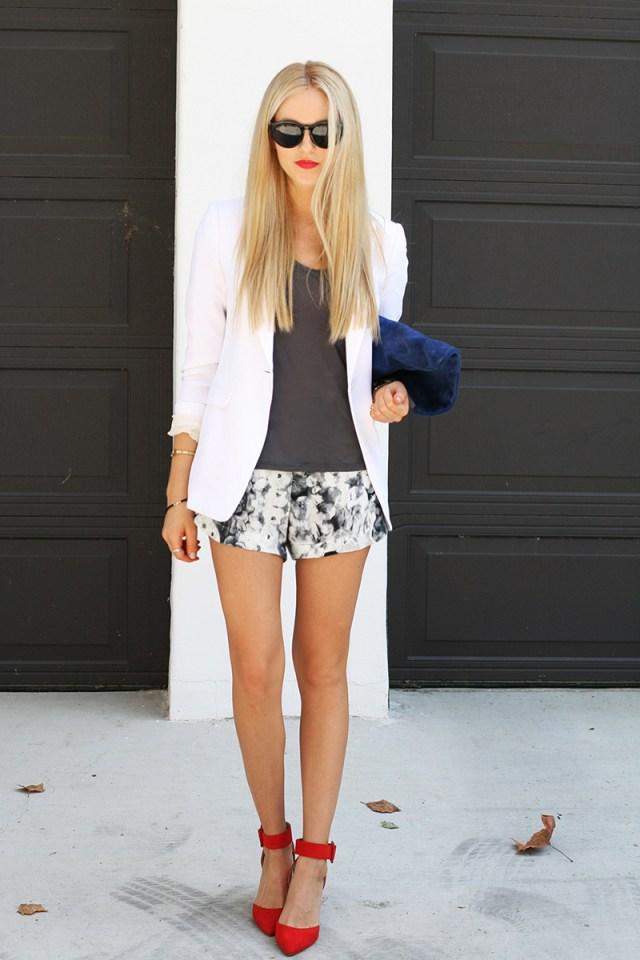 Красные туфли с белым пиджаком и короткими шортами – модный лук этого года