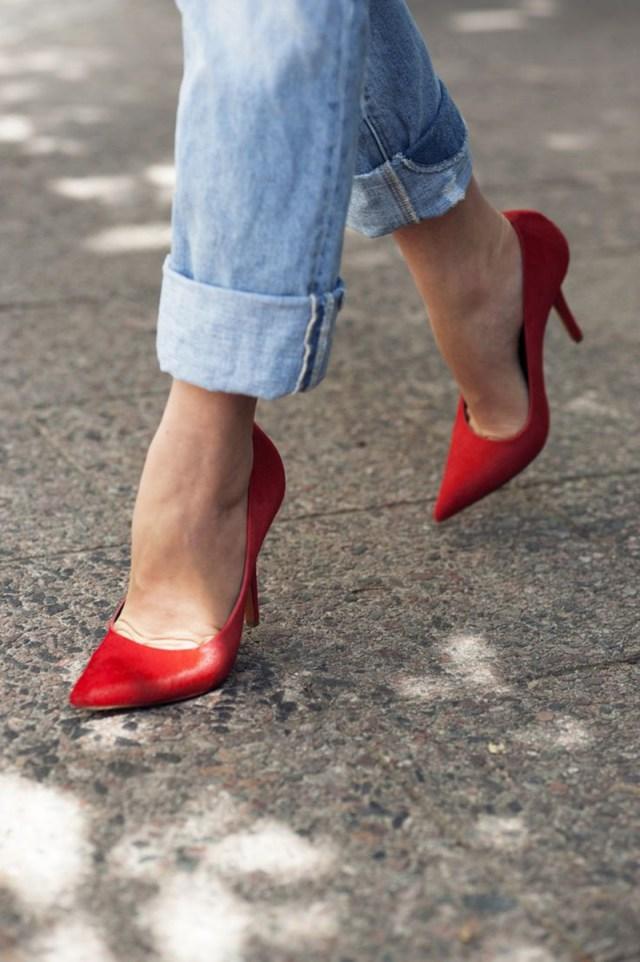 Стильный лук с красными туфлями и джинсами