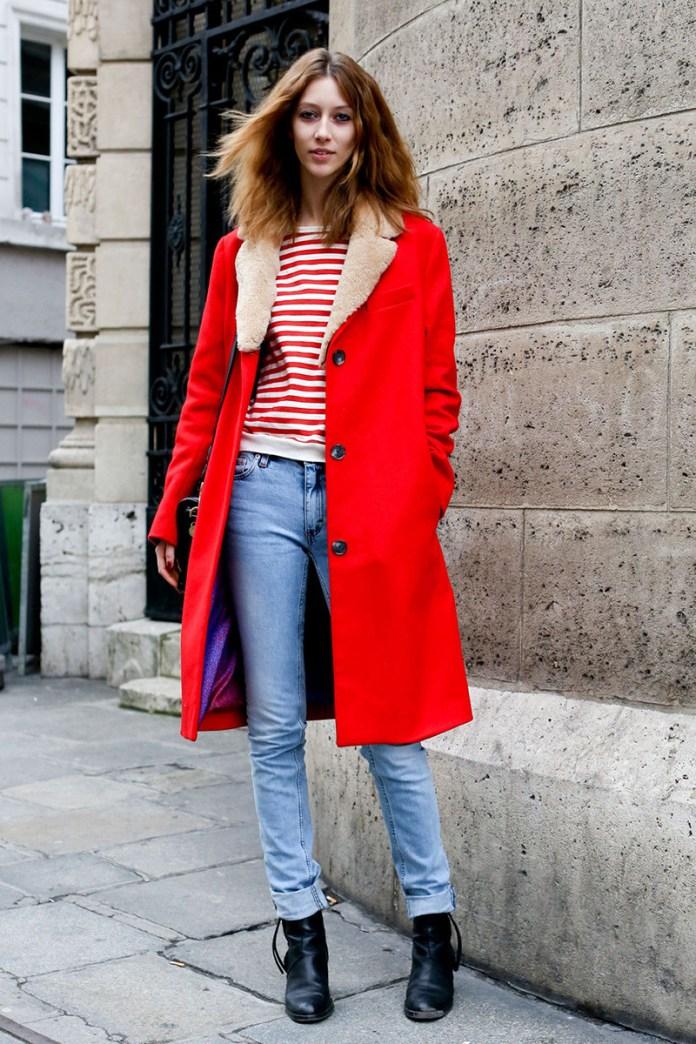 Фото новинка: сочетание красного пальто с джинсами