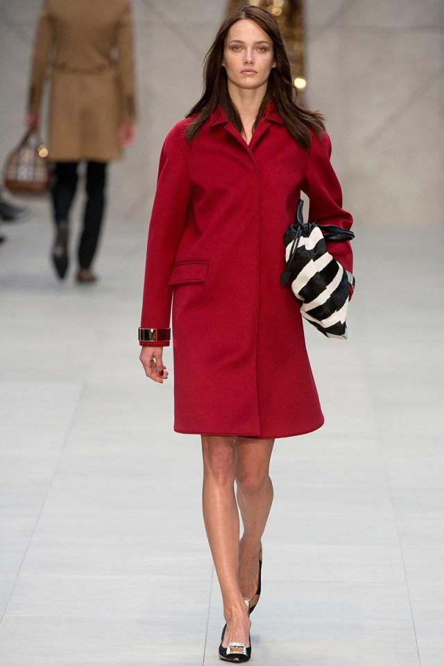 Короткое и очень милое красное пальто – фото новинка этой весны