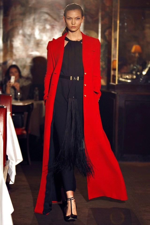 Экстравагантное длинное красное пальто – фото новинки и тренды сезона