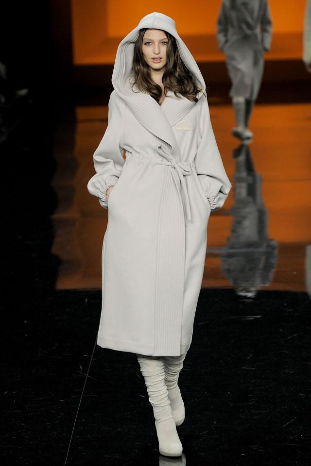 Длинная модель пальто с капюшоном – фото классики