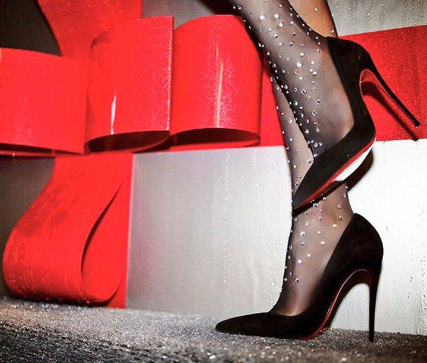 Классические черные лодочки Лабутены, ставшие классикой современной модницы. А если это в сочетании с колготками со стразами, то это самый собразнительный образ.