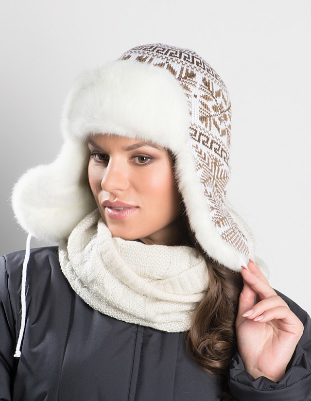 Модная шапка ушанка с меховой отделкой и узорами