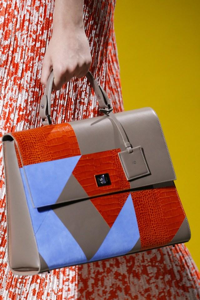 Сумки весна 2016-трехцветные сумки, с сочетанием белого, синего и красного из коллекции BOSS Hugo Boss.