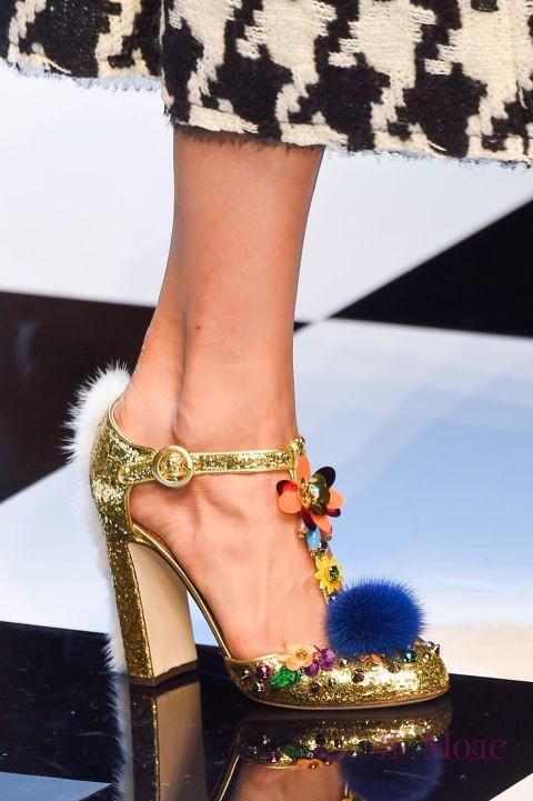 Золотистые туфли с меховыми украшениями в коллекции DOLCE & GABBANA осень-зима 2016-2017
