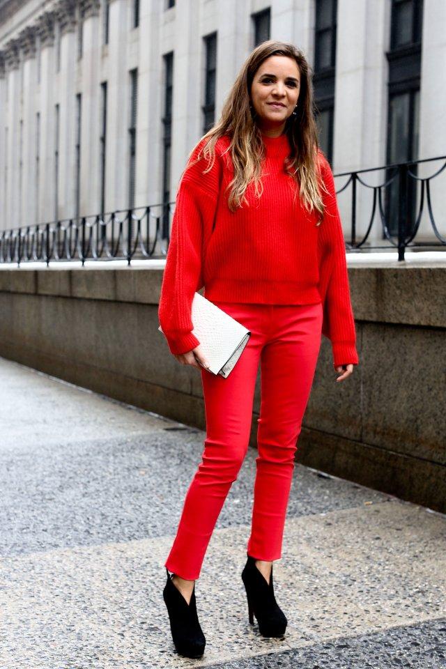 Сложное сочетание красных цветов в одежде - красные брюки и свитер