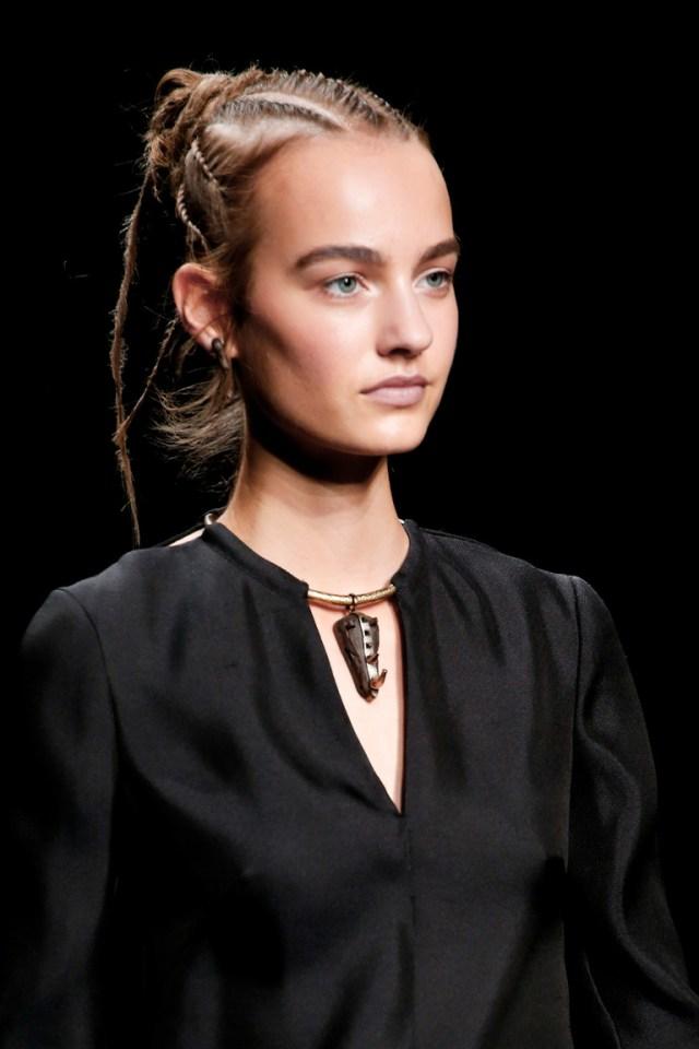Макияж весна-лето 2016: широкие брови из коллекции Valentino.