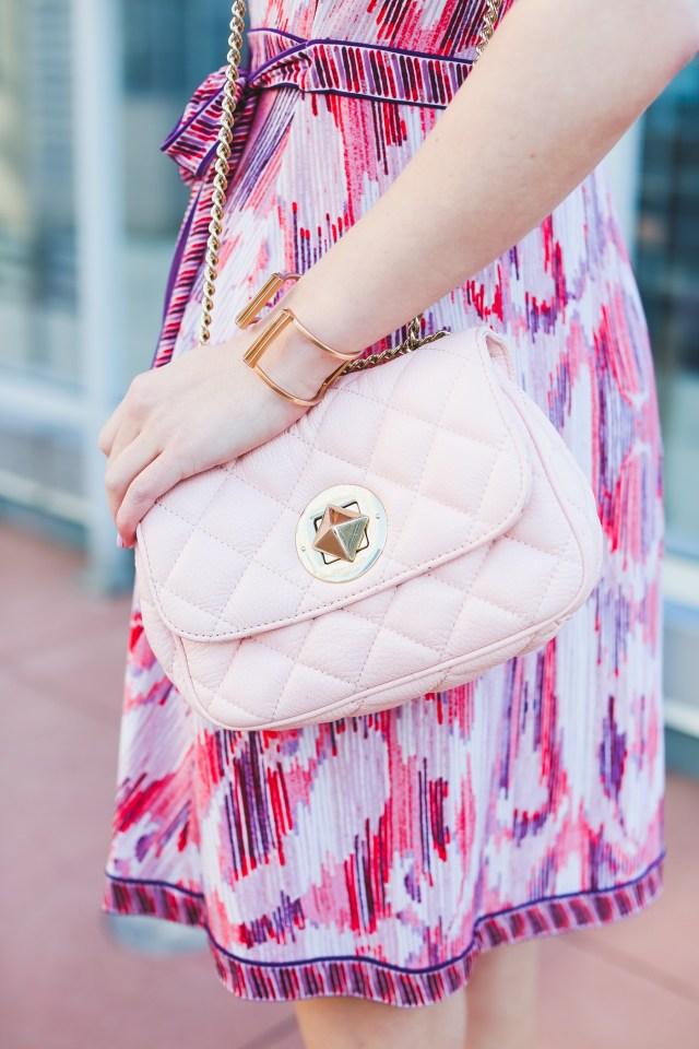 Новый образ – Lady in love-платье с запахом ярких цветов,легкое пальто и комплект аксессуаров.