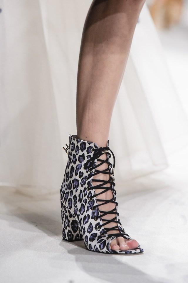 Модная обувь весна-лето 2016: ботильоны со шнуровкой и открытым носом из коллкции Elisabetta Franchi.