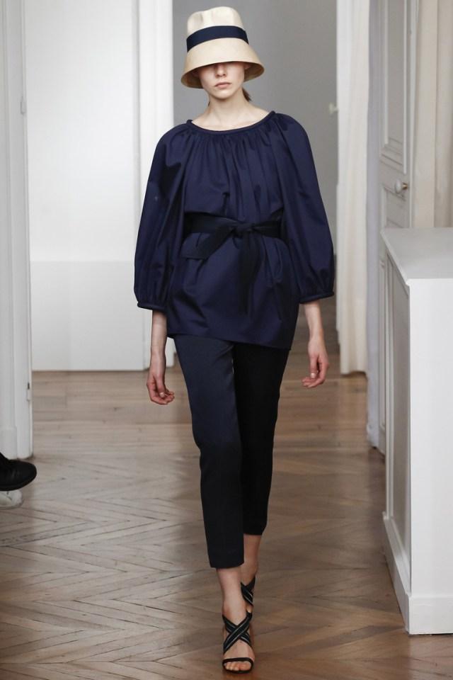 Монохромные наряды - темно синяя блузка и капри из коллекции Martin Grant.