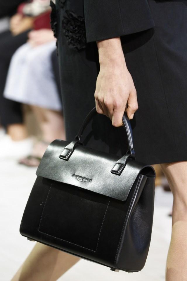 Модные сумки весна – лето 2016 -черная сумка из коллекции Michael Kors Collection.