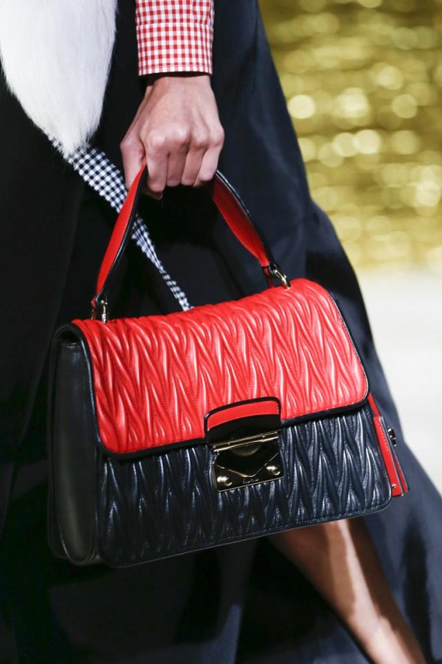 Модные сумки весна – лето 2016 -черная с красным сумка из коллекции Miu Miu.