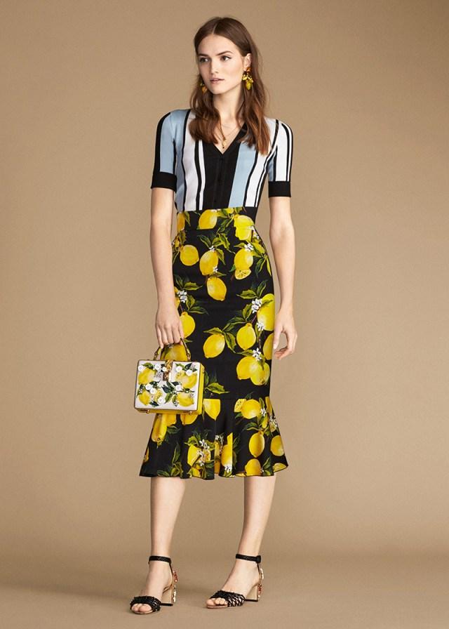 «Лимонная» юбка-годе длиной миди эффектно сочетается с блузой в яркую бело-синюю с чёрным полоску.