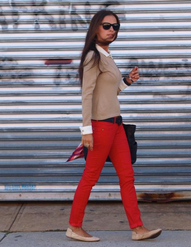 Красные брюки с песочным свитером и белой рубашкой на кнопках.
