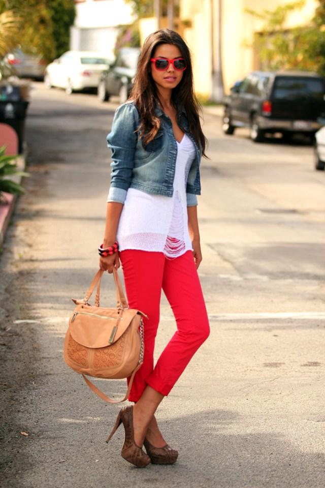 Красные брюки с белой рубашкой и джинсовой укороченной курточке.