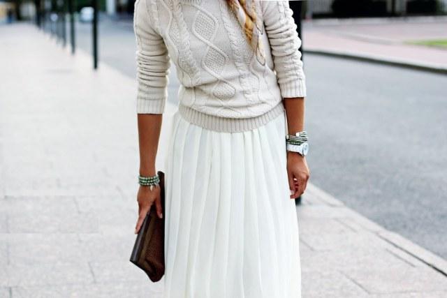 Белая юбка в мелкую складкус светло серой кофтой.