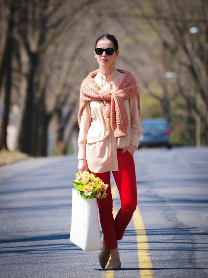 Красные брюки с нежно-розовой блузой.
