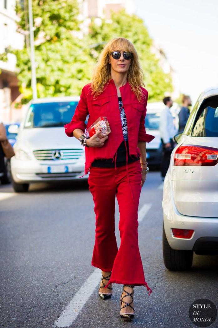 Красные джинсы с красной джинсовой курткой.