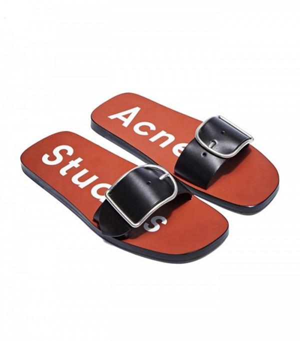 На фото: сандалии-сланцы от Acne-Studios.
