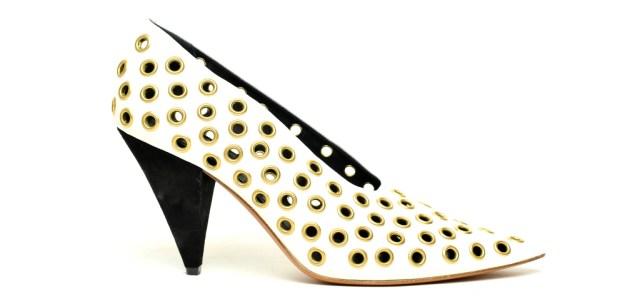 Новые тренды белые туфли с перфорацией и причудливая форма каблука из коллекции Céline.