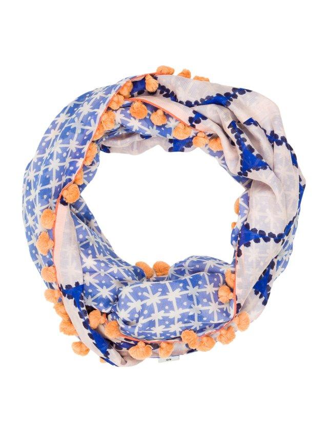 Помпоны – тренд сезона платок украшенный тампоном.