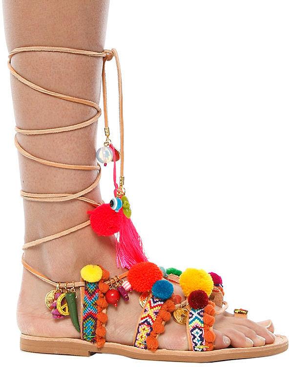 Помпоны – тренд сезона босоножки украшенные многочисленными разноцветными томпонами.
