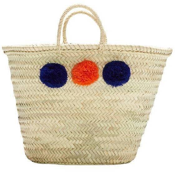 Помпоны – тренд сезона попмоны на соломенной сумочке.