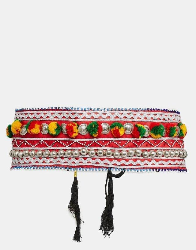 Помпоны – тренд сезона пояс украшенный тампоном.
